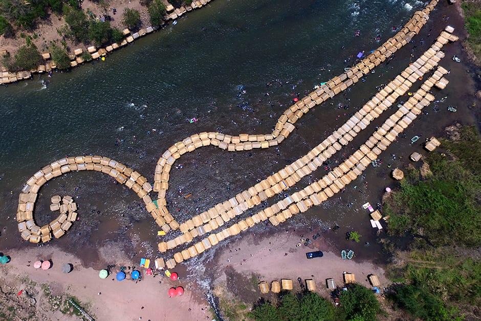 Плавающие плоты на реке Квай Ной в Пхитсанулоке составляют «9» по тайскому сценарию, чтобы вспомнить покойного короля Бхумибола Адульядея, девятого монарха Таиланда, 14 апреля.