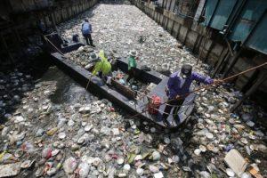 15 апреля работники очищают загрязненный канал Хуа Лампхонг в районе Клонг Тои.