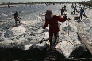 Рабочие несут соль в корзинах в Пхетчабури